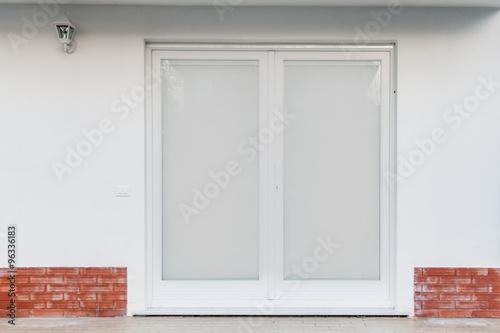 Porta finestra con tende alla veneziana collocato nell