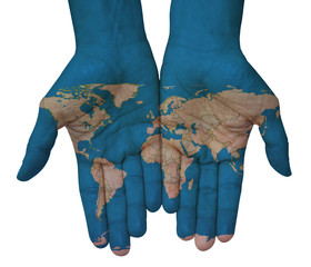 Mani con planisfero, cartina del mondo disegnata. Il mondo in mano
