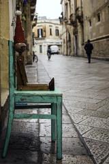 Pinocchio di legno seduto in una via di Lecce