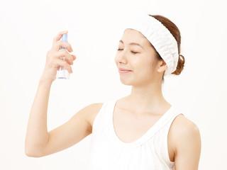 美容液を使う女性