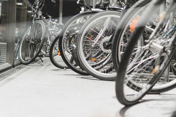 abgestellte fahrräder an einem bahnhof bei nacht