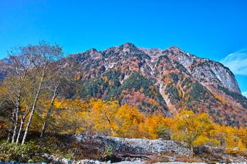 秋の上高地、 紅葉シーズンの屏風岩