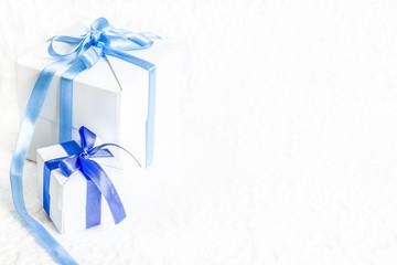 Świąteczne prezenty na białej teksturze