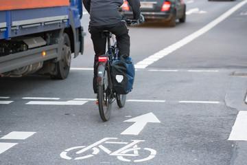 Lkw neben Radfahrer