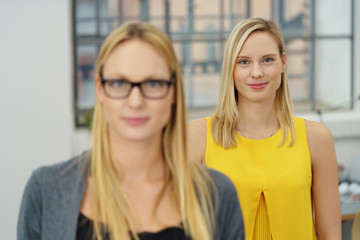 zwei junge frau im büro