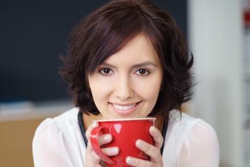 schöne junge frau genießt eine tasse kaffee