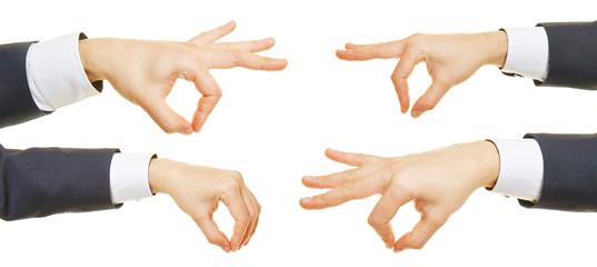 Hände tragen unsichtbares Objekt