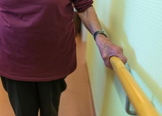 Hand einer Seniorin