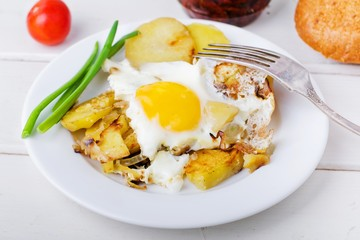 fried potatoes with an egg