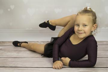 Baletnica leżąca na podłodze
