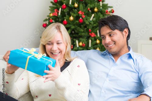 junge frau freut sich ber ihr weihnachtsgeschenk. Black Bedroom Furniture Sets. Home Design Ideas