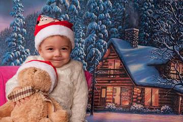 fillette souriante et décor hivernal