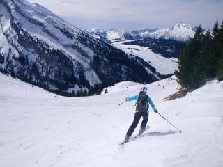 skieuse en descente