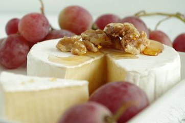 camenbert mit weintrauben, walnuss und honig