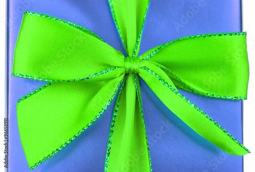 ruban vert sur paquet cadeau bleu stock photo and royalty free images on pic. Black Bedroom Furniture Sets. Home Design Ideas