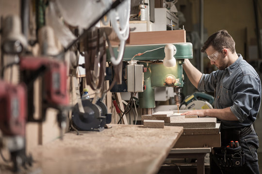 Carpenter using new technology