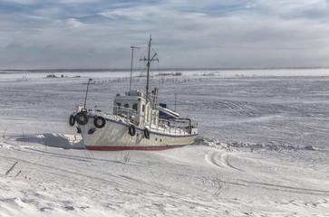 Рыболовное судно во льдах, ждёт весеннюю навигацию