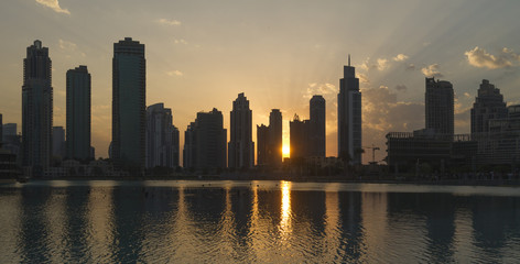Sonnenuntergang zwischen den Hochhäusern in Dubai