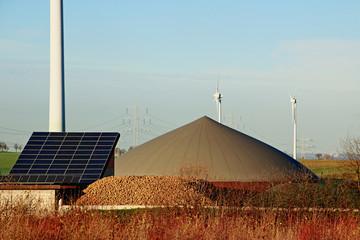 Biogasanlage, Solar und Windrad