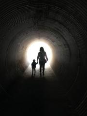 トンネルを抜ける親子