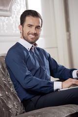 Obraz Elegancki biznesmen w biurze  - fototapety do salonu