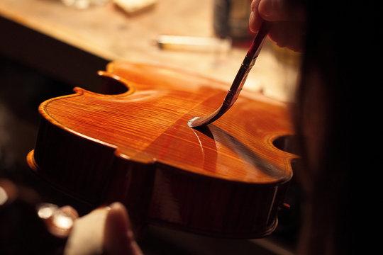 Tocco finale. Liutaia italiana che dipinge un violino da lei creato in bottega napoletana