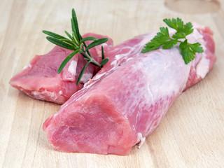filet mignon de porc cru sur planche à découper