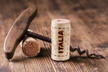 turacciolo di vino con scritta italia e cavatappi vintage