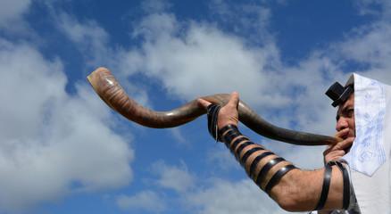 Jewish man blow Shofar (Horn)