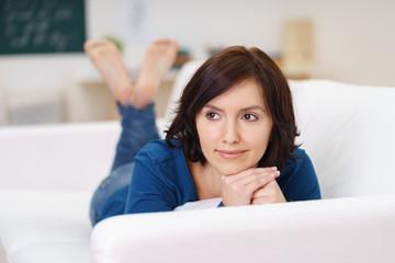 frau entspannt sich zuhause auf dem sofa