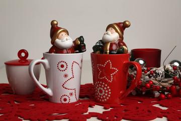 composizione natalizia con abbbo natale e oggetti per colazione