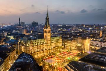 Rathaus und Weihnachtsmarkt in Hamburg, Deutschland