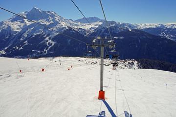 Au dessus d'une piste de ski.