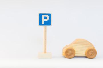 交通標識と木の車
