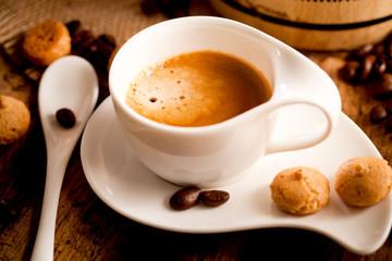 Tasse Kaffe (espresso) auf einem holz hintergrund
