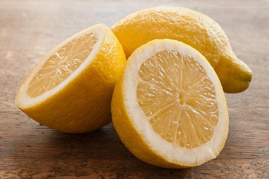 citron sur table en bois
