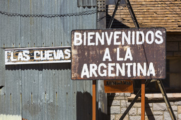 Rusted welcome to Argentina sign written in Spanish