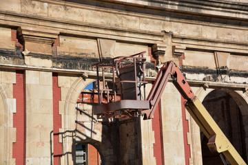 grúa elevadora en un edificio en construcción
