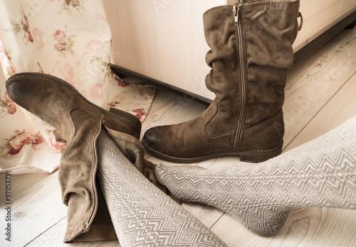 frau zieht stiefel aus herbst wintermode photo. Black Bedroom Furniture Sets. Home Design Ideas
