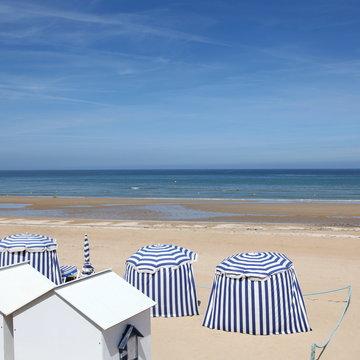 La plage en bleu.