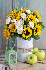 Fototapete - Bouquet of white roses and sunflowers