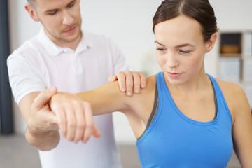 frau wird von einem physiotherapeuten behandelt