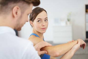 physiotherapeut spricht mit einer patientin