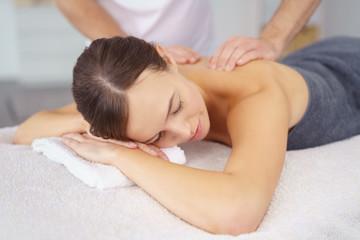 frau genießt eine entspannende massage