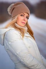 Зимний портрет красивой женщины