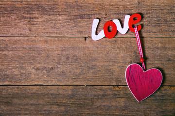 scritta ''love'' su sfondo di legno