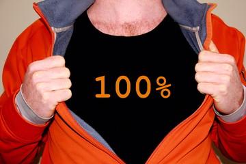 100% geschrieben auf einem schwarzen T-shirt