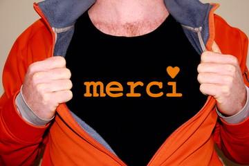 merci geschrieben auf einem schwarzen T-shirt
