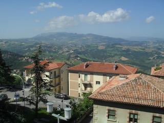Einige Häuser in San Marino, dahinter die italienische Landschaft.