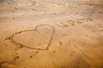I love u daddy in writing in the sand on the beach